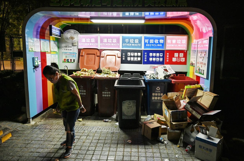 Nieuw afvalpunt in een woonwijk van Sjanghai. Vlekkeloos verloopt de scheiding nog niet.  Beeld AFP