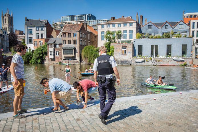 Aan het water aan de Krook werden zonnekloppers wandelen gestuurd door de politie.