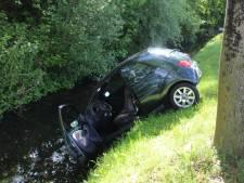 Auto te water in Naaldwijk, bestuurder ongedeerd op de kant