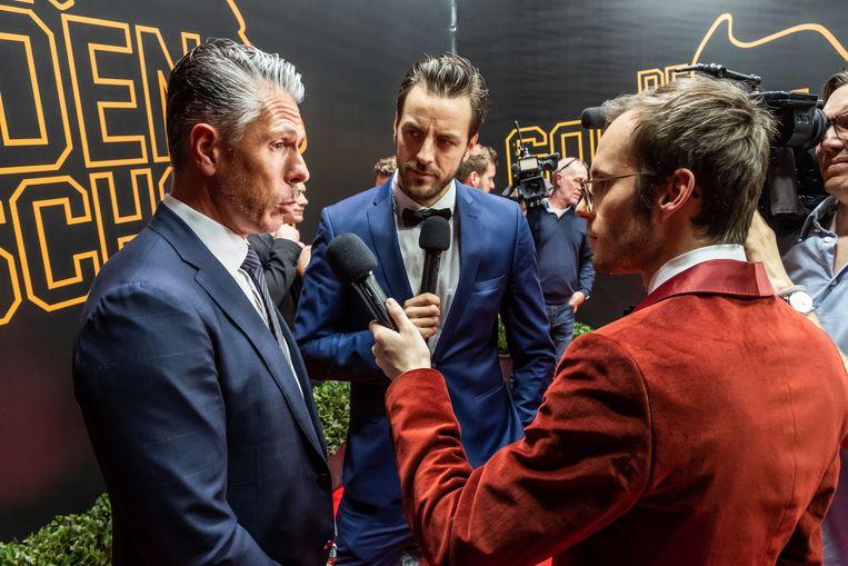 Guga Baúl volgt het aandachtig het interview van Vincent Fierens met Michael Verschueren.