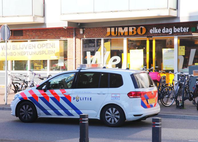 De politie komt in actie bij een overval op een supermarkt in Amersfoort. Voor het eerst sinds jaren is het aantal overvallen weer gestegen.