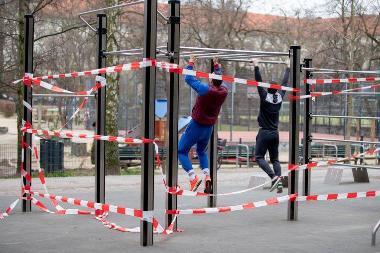 Twee mannen oefenen op een afgesloten klimrek.