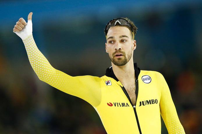 Kjeld Nuis juicht na het winnen van de 1000 meter tijdens het NK sprint.