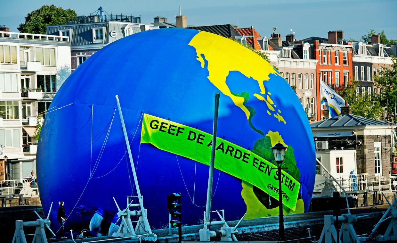 Een eerdere actie van Greenpeace in Amsterdam in 2012. Beeld ANP