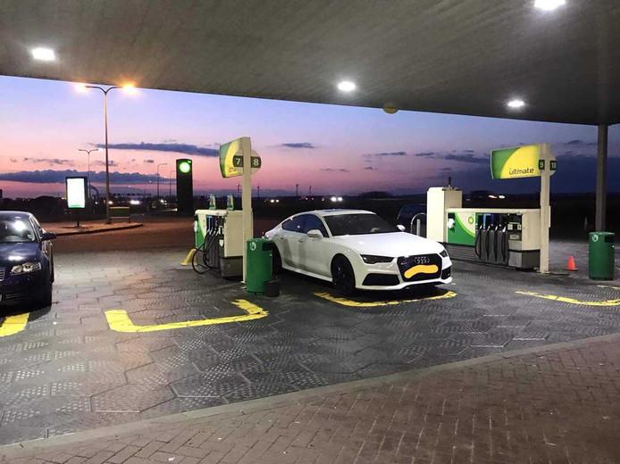 De auto van de plofkrakers bij het tankstation in Duiven.