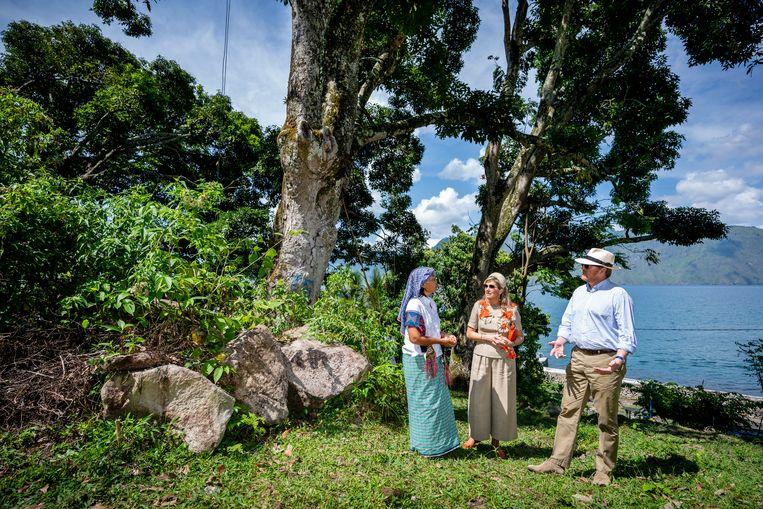 Op de laatste dag van hun bezoek ontmoetten Willem-Alexander en Máxima bewoners van het 'ecodorp' Silima Lombu.  Beeld ANP