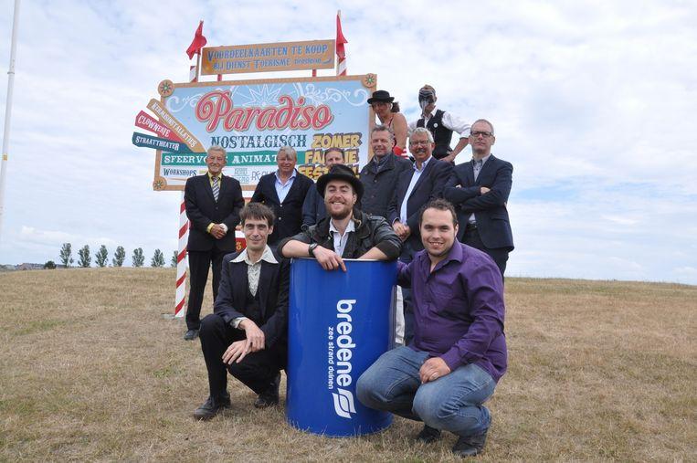 Organisator Frank Poelvoorde en kunstenaar Scott Wilson samen met het gemeentebestuur. Het nieuwe zomerfestival Paradiso strijkt neer op domein Grasduinen.
