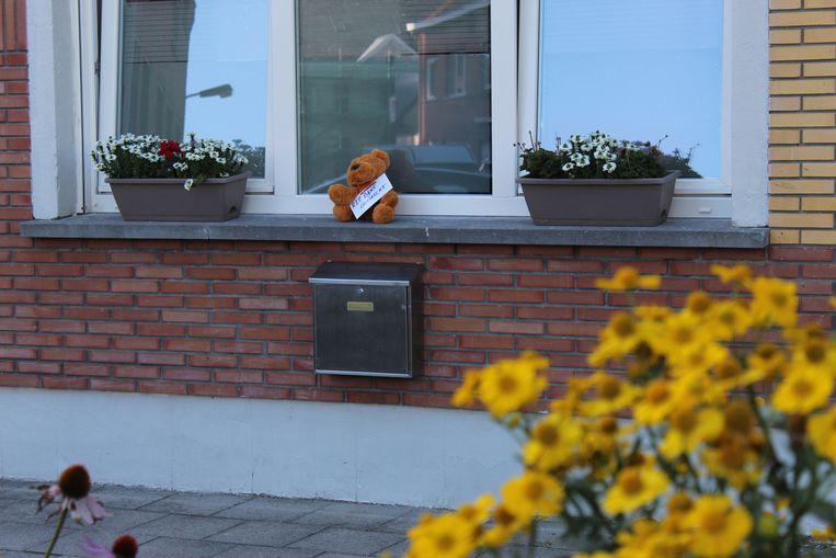 Knuffelbeertjes in het straatbeeld, als eerbetoon aan Bjorg Lambrecht.