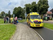 Oudere vrouw valt met fiets in Putten en wordt met spoed afgevoerd naar ziekenhuis