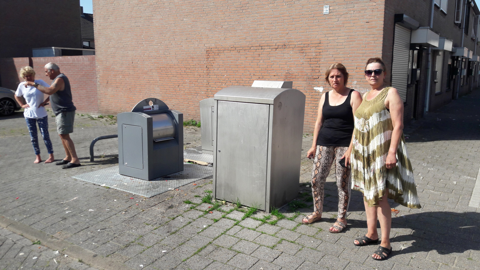 Jolanda Haverkamp (rechts) en Sjan Weijts bij het containerparkje op de hoek van de Achterom en de Wassenaarstraat in Breda.