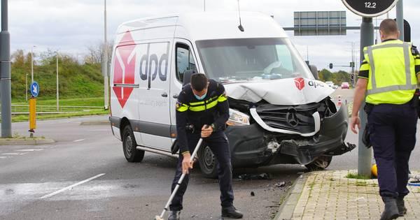 Flinke schade bij botsing op De Knoop in Deventer, verkeer moet omrijden.