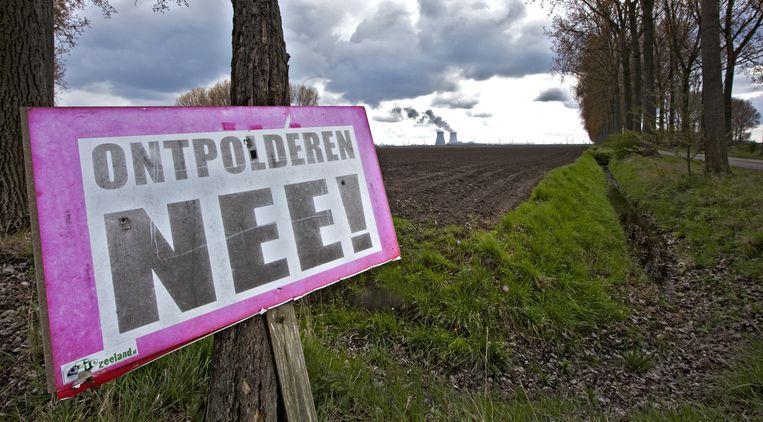 Protest tegen het ontpolderen van de Hertogin Hedwige Polder in Zeeuws Vlaanderen. Vandaag is besloten dat de polder toch onder water mag worden gezet. Beeld anp