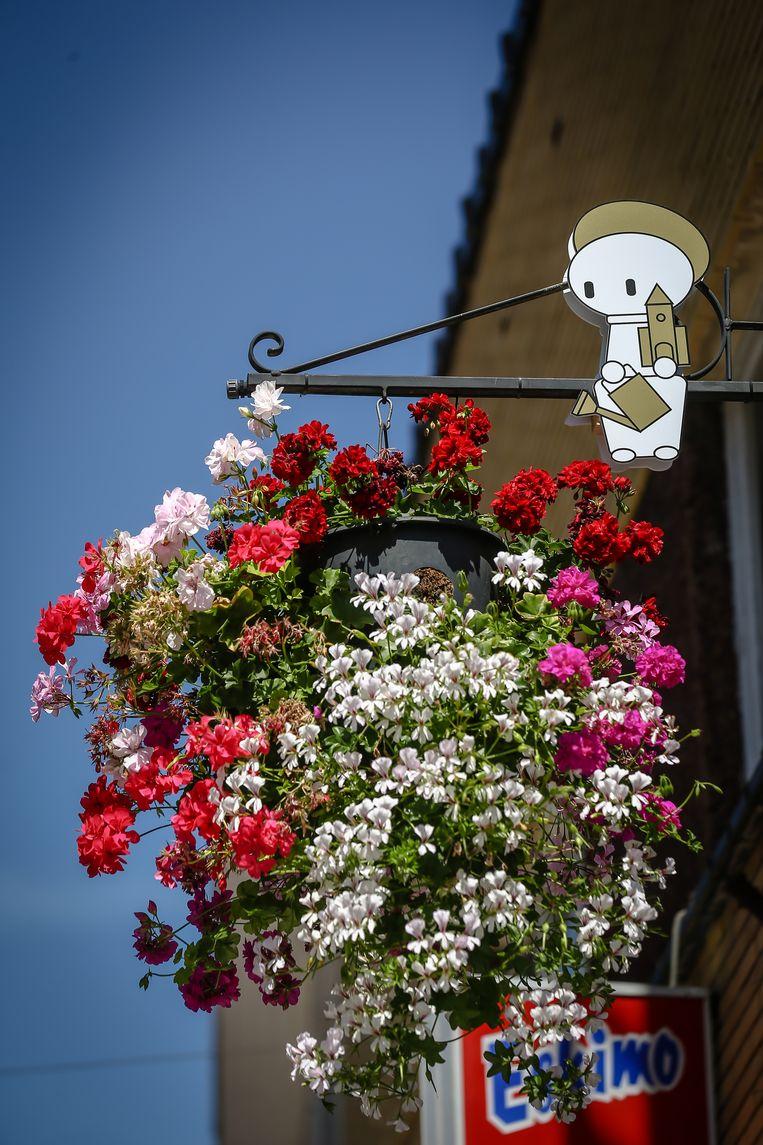 Het Trudomannetje geeft de bloemen water.