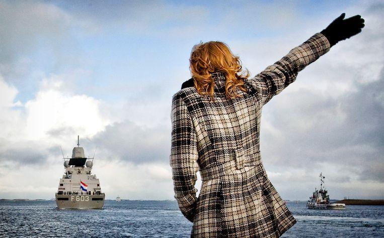Een vrouw zwaait naar het Nederlandse fregat Hr. Ms. Tromp dat in 2010 uit de haven van Den Helder vertrekt richting Somalië.  Beeld ANP