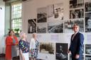 Commissaris van de Koning Oosters(rechts) neemt samen met twee oud-inwoonsters van Rhenen en museumdirecteur Maike Woldring (links) alvast een kijkje op de tentoonstelling Oorlog in de Provincie – de Utrechtse 50 foto's.