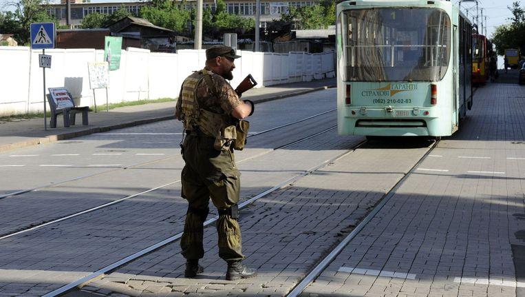 Een pro-Russische militair in Donetsk. Beeld afp