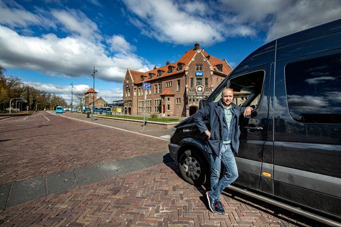 Taxi-chauffeur Xander Caverlé op een uitgestorven stationsplein in Deventer.