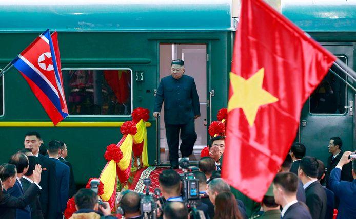 Kim Jong-un stapte na een lange treinreis in een limo.