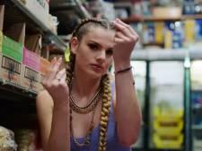 Rapper Famke Louise staakt optreden na bierdouche over fans