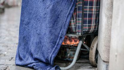 Dakloze stookt vuurtje om zich warm te houden