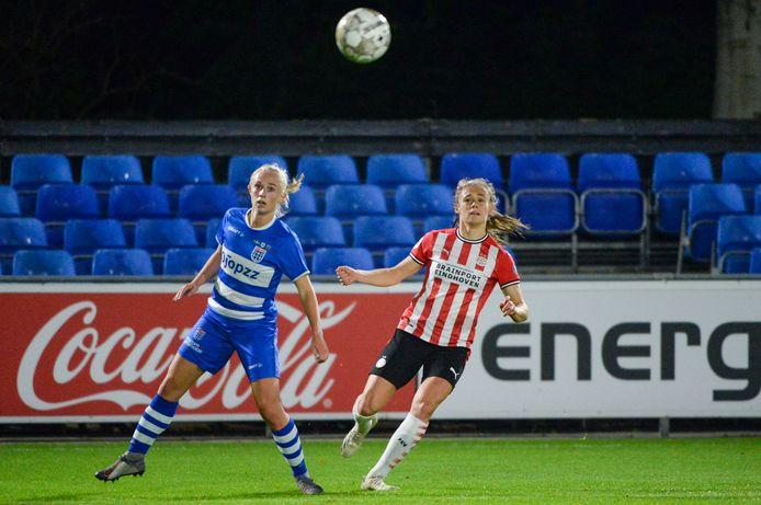 Cheyenne van den Goorbergh (l) en Joëlle Smits hebben oog voor de bal. Met twee treffers speelde Smits een voorname rol in het duel tussen PSV en PEC Zwolle, dat door de Brabanders werd gewonnen.
