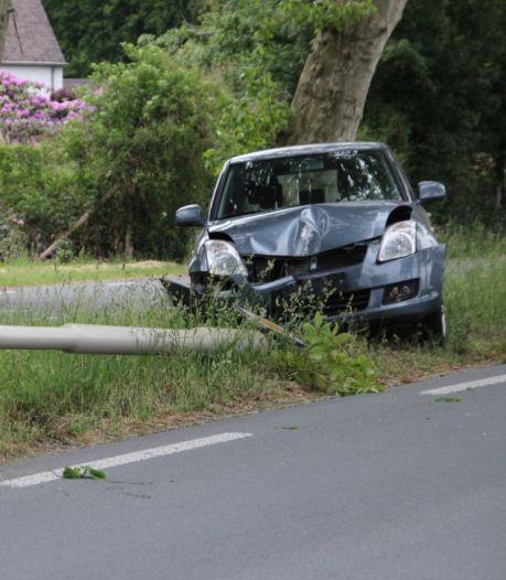 Auto wijkt uit voor wild dier en rijdt lantaarnpaal uit de grond in Wierden
