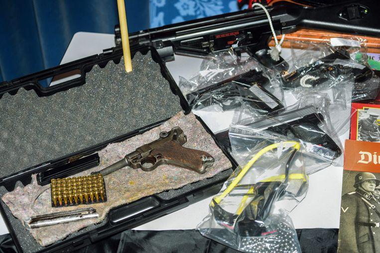 Wapens die in 2015 bij huiszoekingen in Bamberg werden ontdekt door de Duitse politie.