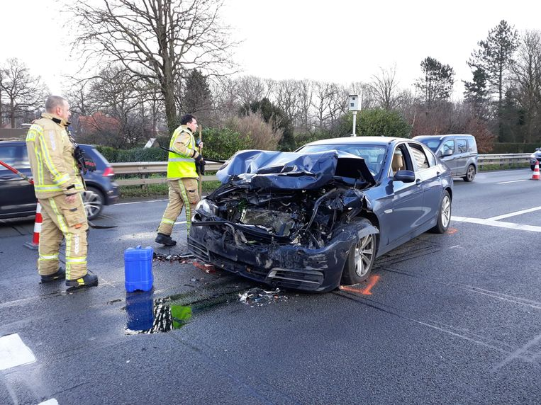 BORNEM - De schade aan de wagens was groot. Ze moesten worden getakeld. De brandweer kwam de rijbaan reinigen.