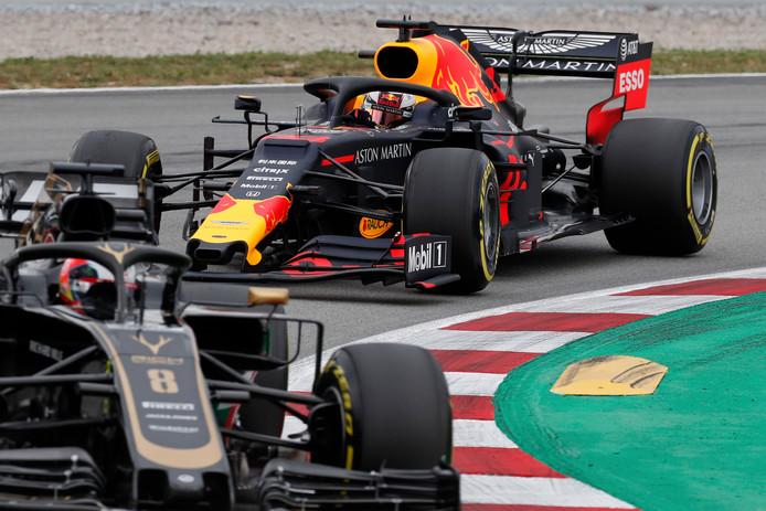 Max Verstappen achter Haas-coureur Romain Grosjean.