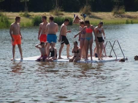 Jongeren zwemmen ondanks blauwalg in Bernisse