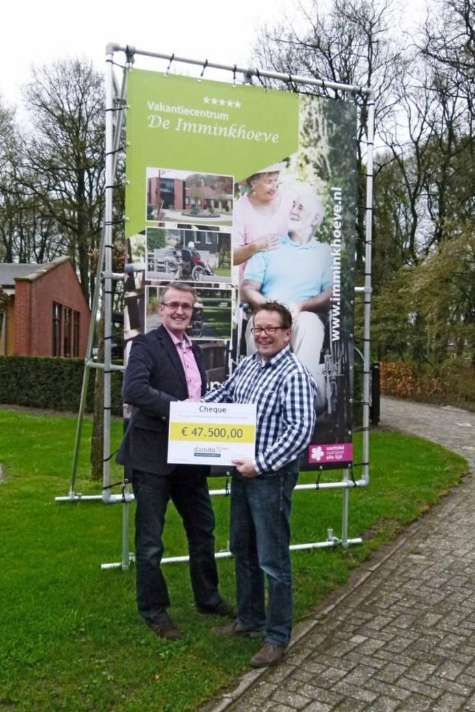 Wim Dankelman (links) overhandigt een cheque van 47.500 euro aan RonKoopmeiners. Foto: Damito