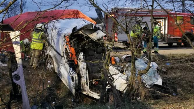 Bestelwagen belandt tegen boom naast E34 in Moerbeke: dode en zwaargewonde