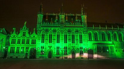 Stadhuis kleurt groen op Saint Patrick's Day