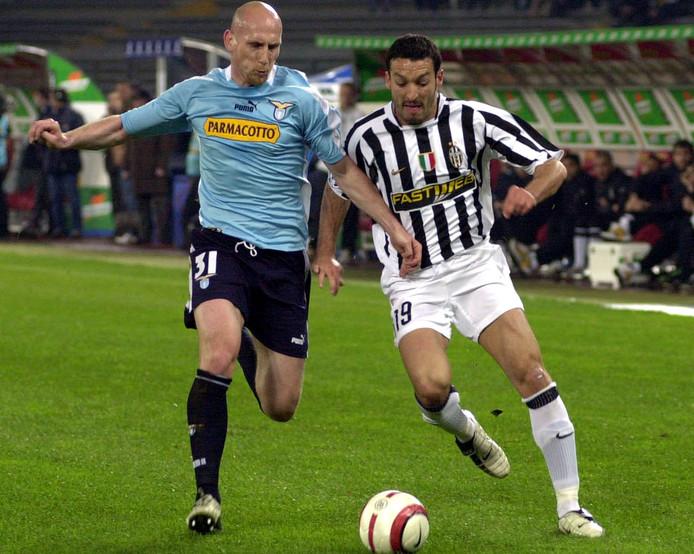Jaap Stam (links), hier in actie voor Lazio, is nog altijd de duurste Nederlandse verdediger ooit.