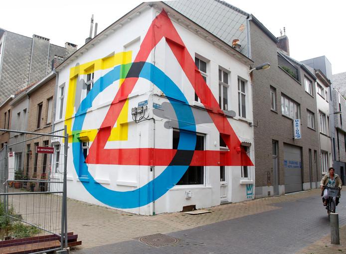 De Argentijnse kunstenaar Elian speelt met perspectief op het Achturenplein, hoek Sint-Niklaasstraat.