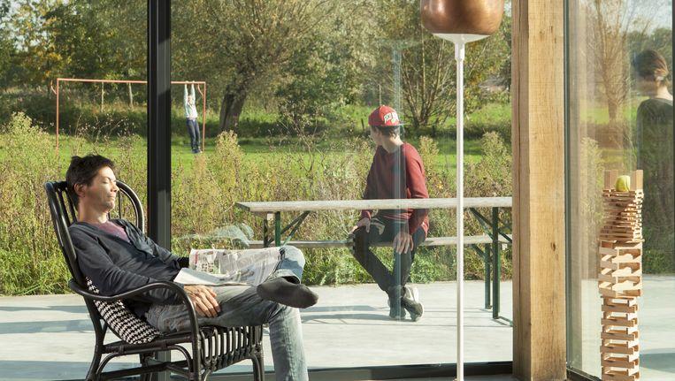 'Onze tuin is net zo groot als een park in Eindhoven. Onze zonen wisten in het begin niet wat ze met die ruimte aanmoesten. In de woonkamer ervaren we de ruimte ook. Door het glas heb je er een aangenaam 'buitengevoel'. Beeld Jaap Scheeren