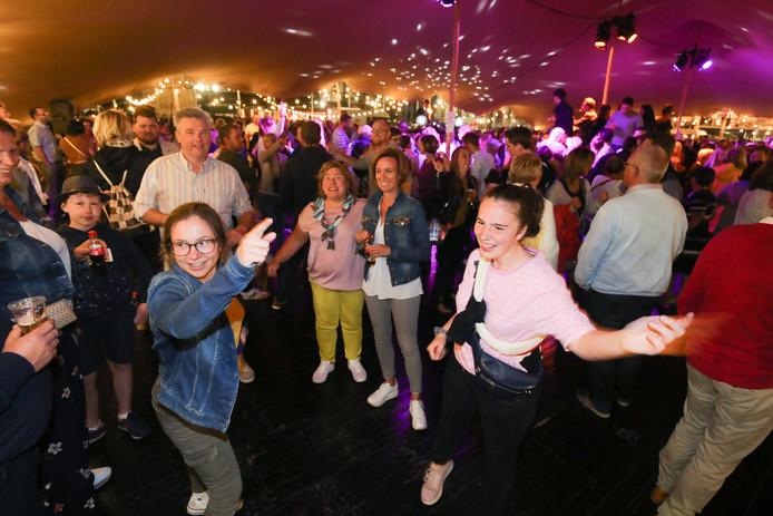 De bezoekers konden zich in tien ballrooms de benen van het lijf dansen.