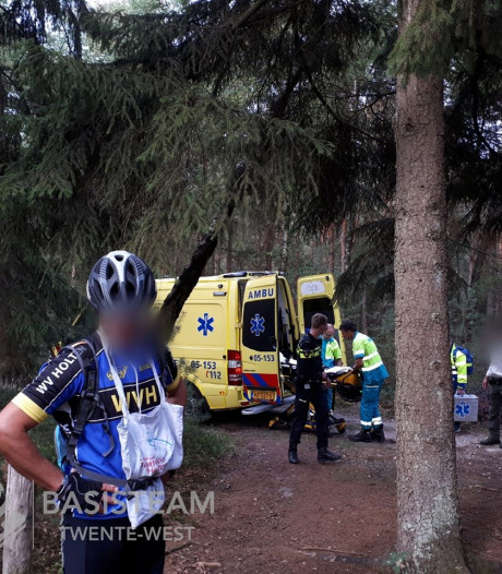 Mountainbiker na val in Holten per ambulance naar ziekenhuis