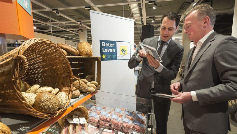 Staatssecretaris Martijn van Dam van Economische Zaken promoot diervriendelijker geproduceerd vlees. Ook burgers hechten aan dierenwelzijn, maar de prijs is doorslaggevend. Beeld anp