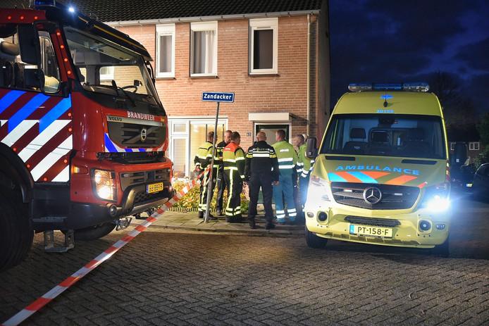 Een ambulance kwam naar het huis in Oisterwijk om de onwel geworden agenten te helpen.