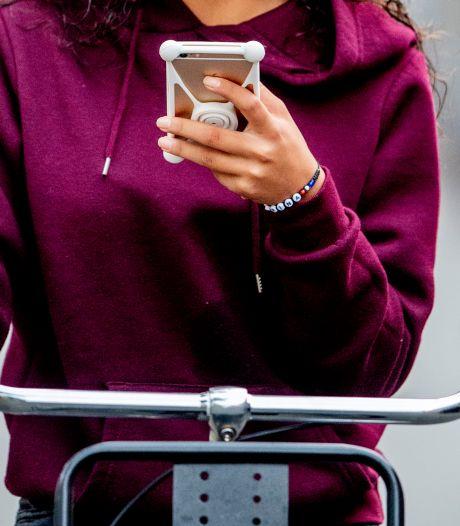 Appverbod volop genegeerd: elke dag zo'n dertien boetes voor appende fietsers in de regio