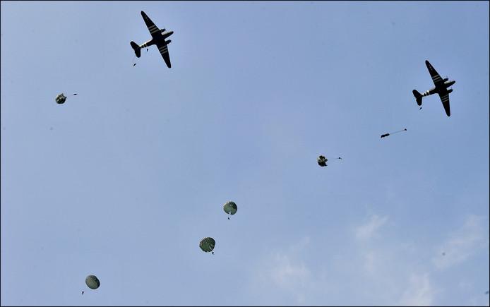 In 2014 sprongen boven Overasselt parachutisten uit oude Dakota's om de operatie Market Garden te herdenken.