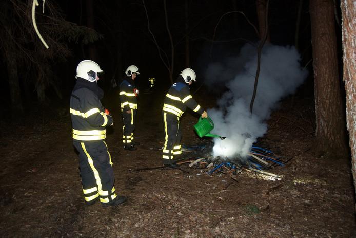 Brandweerlieden blussen brand buitengebied Loon op Zand met gieter