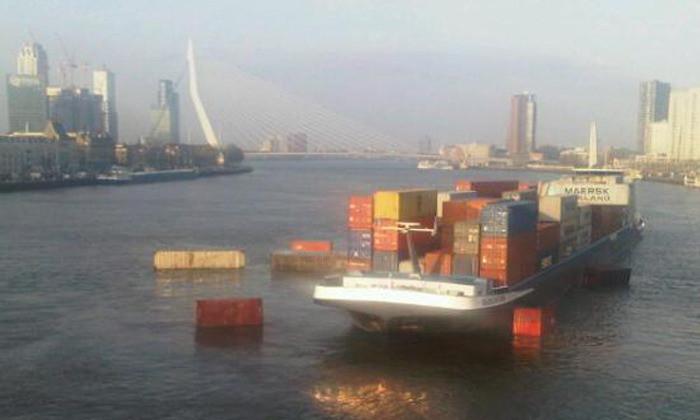 Containers drijven in de Maas na de botsing.