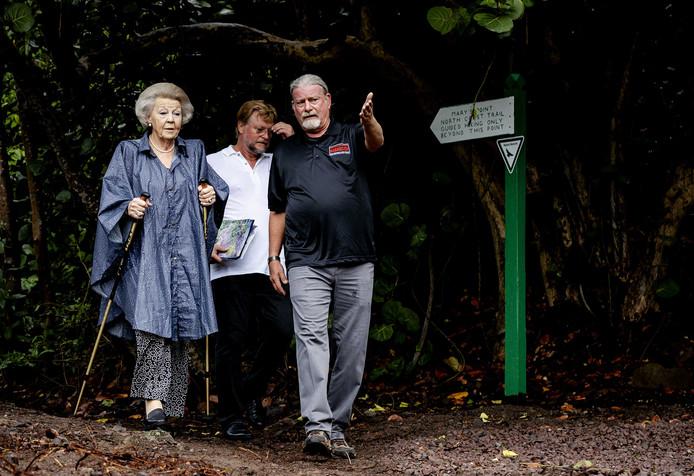 Prinses Beatrix verricht de opening van het wandelpad  Mary's Point Trail