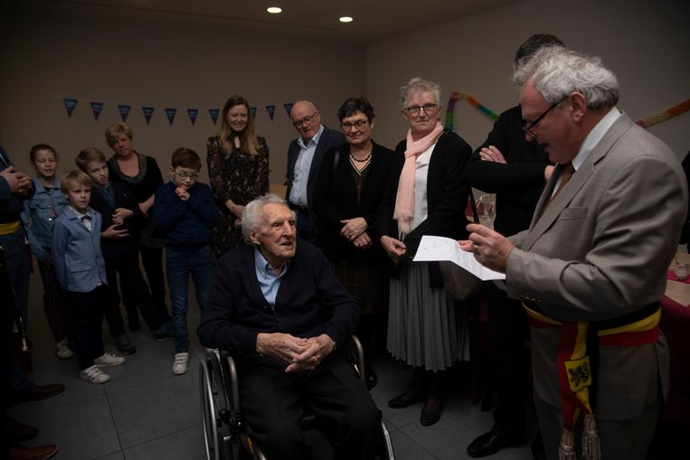 André Dhooghe viert zijn 100ste verjaardag en krijgt felicitaties van de burgemeester en d