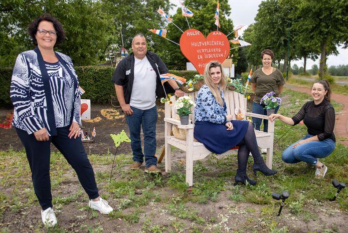 De werkgroep van Wij WEsterhoven met v.l.n.r. Ilse van Beek, Gerwin van Ampting, Marjoleine Meppelink, Miranda Kuijlaars en Anne Kuijlaars (hier bij Piet Adriaans' 'dankbankje').