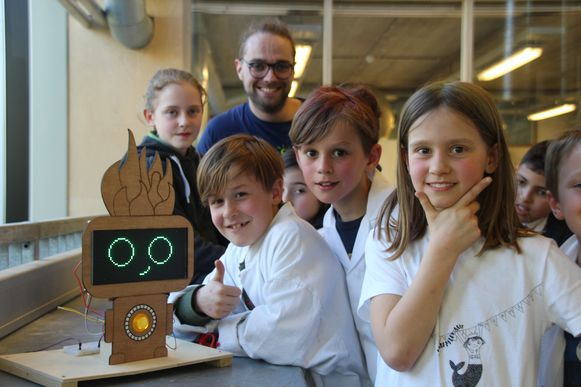 De leerlingen van het vierde leerjaar bij hun droommachine met student en ontwerper Olivier Iserbyt (24)