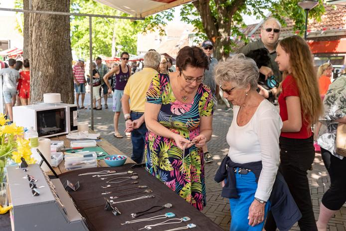 Manon Nijssen (links) geeft een toelichting op de sieraden die ze maakt