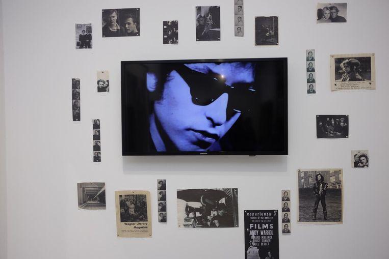 Videobeeld van jonge Bob Dylan, omringd door snapshot van de Amerikaanse fotograaf Gerard Malanga. Die fotografeerde en filmde jarenlang Andy Warhols Factory-entourage in New York. Zijn filmstills zijn nu afgedrukt en worden nu verkocht voor tussen de 3800 en 9500 euro. Beeld Arno Haijtema
